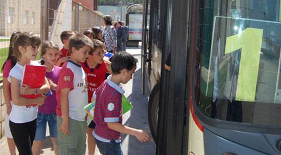 Niños subiendo a la guagua (bus)