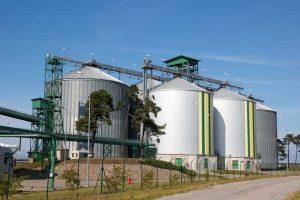 Tanques en planta de producción de biocarburantes