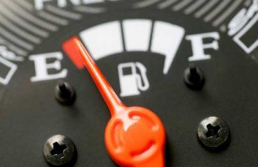 Indicador de combustible en depósito en la zona de reserva