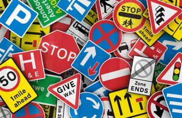 Muchas señales de tráfico