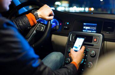 Usando el móvil y conduciendo