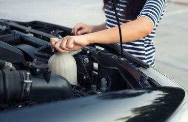 Poniendo refrigerante en el coche