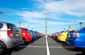 coches nuevos aparcados