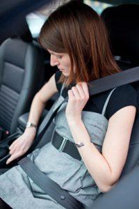 Cómo-adoptar-la-mejor-postura-para-conducir-tgas-cinturon-seguridad