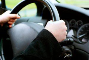 Cómo-adoptar-la-mejor-postura-para-conducir-tgas-volante
